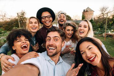 Glückliche Menschen mit schönen Zähnen