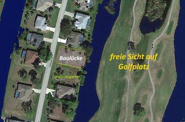 Luftaufnahme der Baulücke eines Baugrundstücks an der Grenze zu einem Wasserkanal an einem Golfplatz im Rotonda Circle in Charlotte County