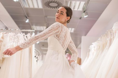Eine Braut in einem langärmeligen Brautkleid.