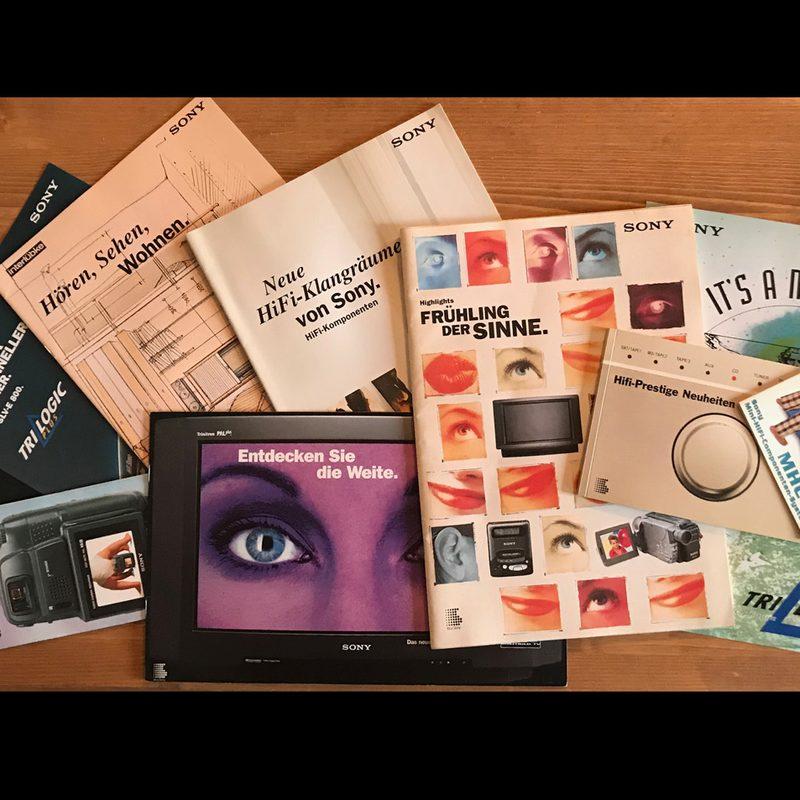 Sony   Langjährige Beratung und Gestaltung vieler Werbemittel inkl. Gesamtkatalog. Konzeption des weltweit geschütztem Markenzeichen TRILOGIC. Betreuung der Bereiche Home Video, Personal Video, HiFi, Phone, Home Entertainment, Zubehör. Events und B2B-Incentives. Pack-Design.