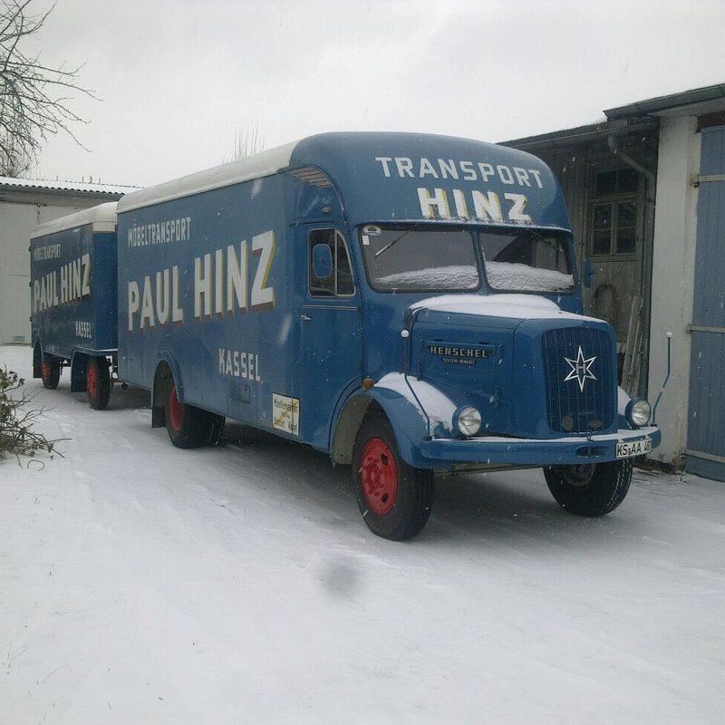 Möbeltransporter mit Anhänger der Firma Paul Hinz Transport GmbH in Kassel.