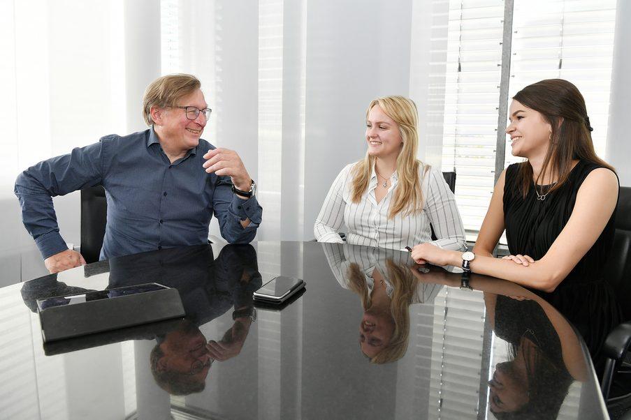 Die Auszubildenden Michaela Hagl (Mitte) und Rosalie Herrmann (rechts) beim generationenübergreifenden Gedankenaustausch mit Flughafenchef Dr. Michael Kerkloh.